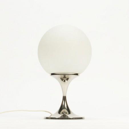 Grote tafellamp met wit glazen bol