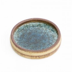 Ceramic plate with glass