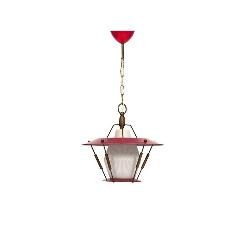 Rode hanglamp met teakhouten details