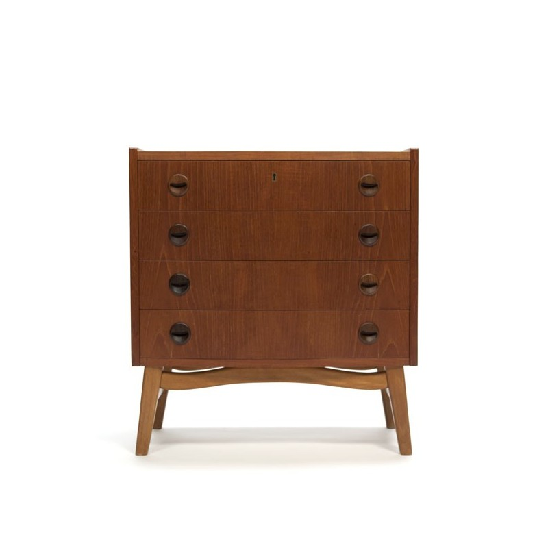 Small chest of drawers on nice base