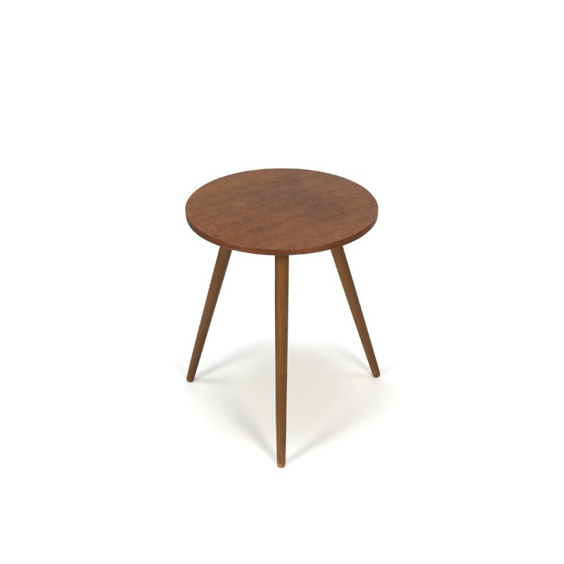 Round side table in teak