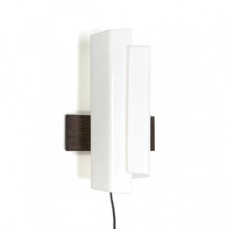 Wit plexiglazen wandlamp met houten achterzijde