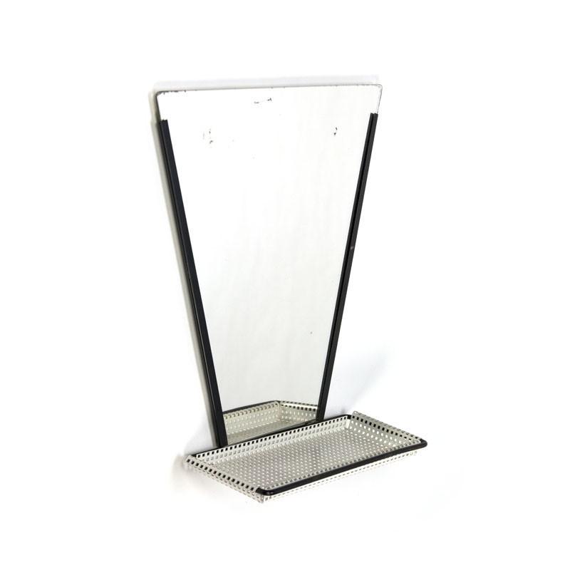 Spiegel met geperforeerd metalen plankje