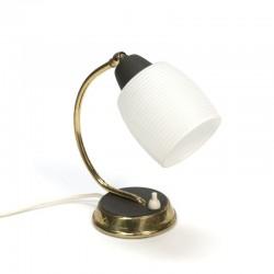 klein tafellampje met glazen kapje
