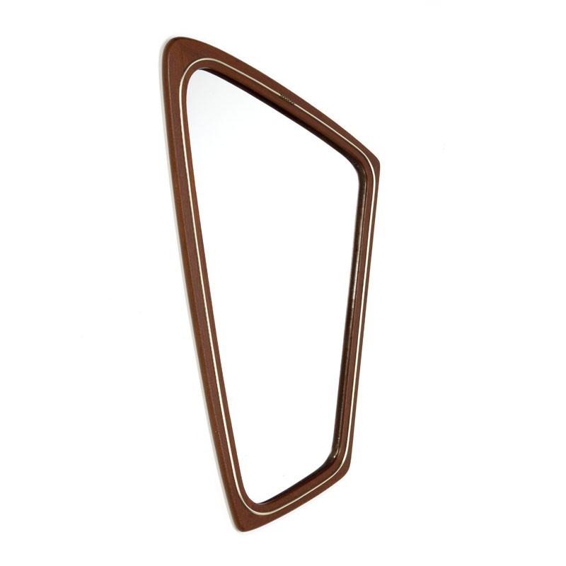 Organisch gevormde spiegel met koperen detail