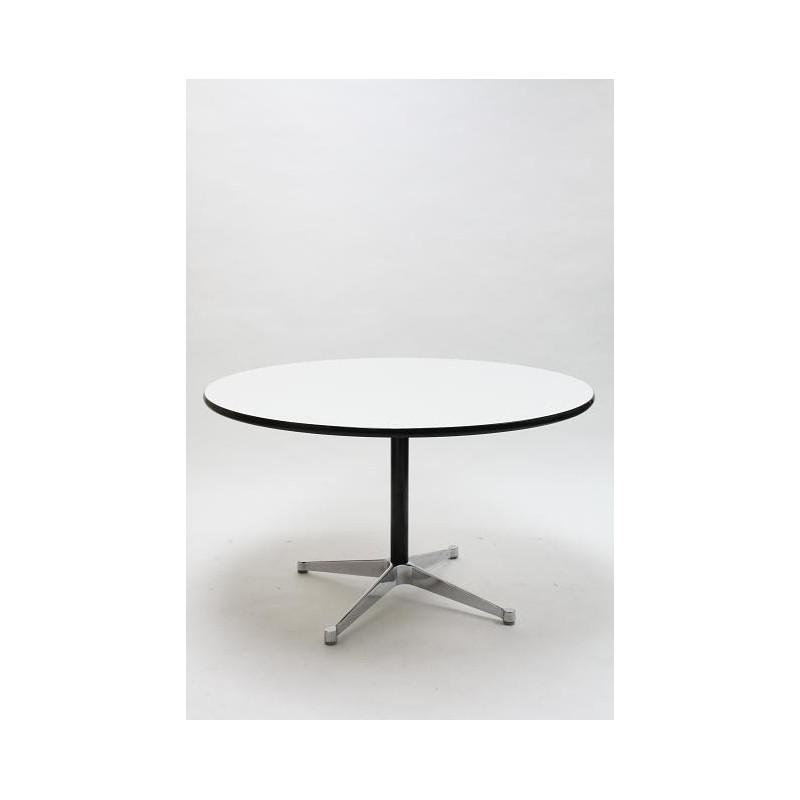 Eames segmented tafel van Herman Miller