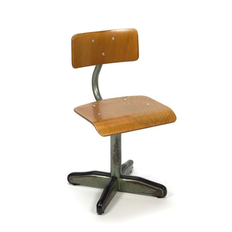 Groene industriële vintage stoel voor kinderen