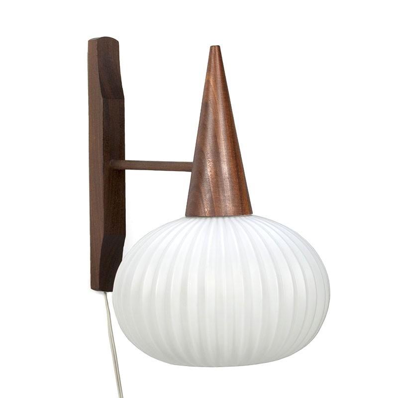 Vintage wandlamp teak en melkglas