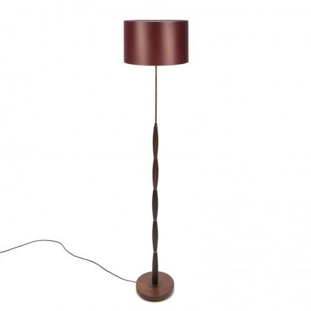 Vintage teakhouten vloerlamp met bordeaux rode kap