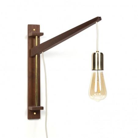 Vintage teakhouten wandlamp met messing detail