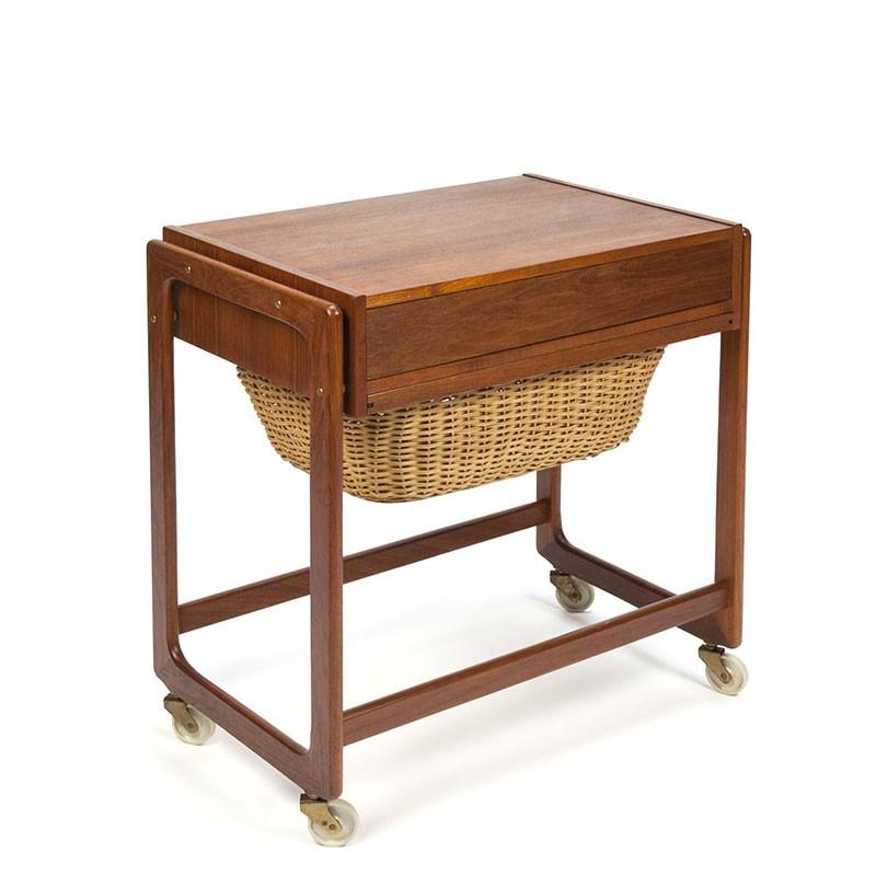 Deens vintage naaigerei kastje op wieltjes in teak