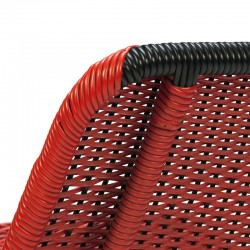 Rode vintage zitstoel van gevlochten plastic draad