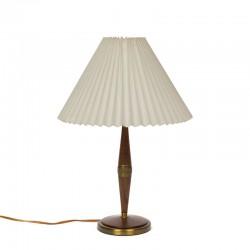 Deense vintage tafellamp met voet in teak en messing