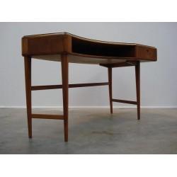 Boomerang shaped desk
