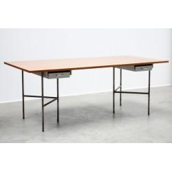 Grote tafel-/ bureau met metalen onderstel