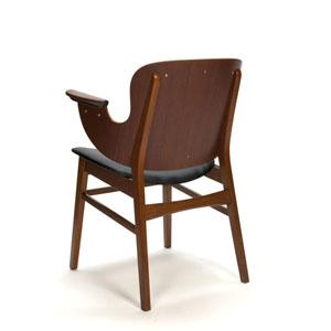 Mooi vormgegeven teakhouten stoel